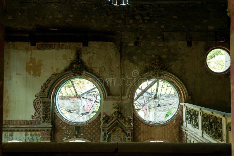 Restes de l'intérieur abandonné de maison de villa démoli dans la guerre et laissé à l'effondrement images libres de droits