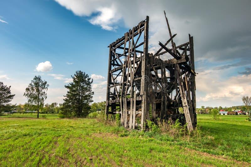 Restes de vieux moulin ? vent br?l? dans le domaine avant la pluie photographie stock