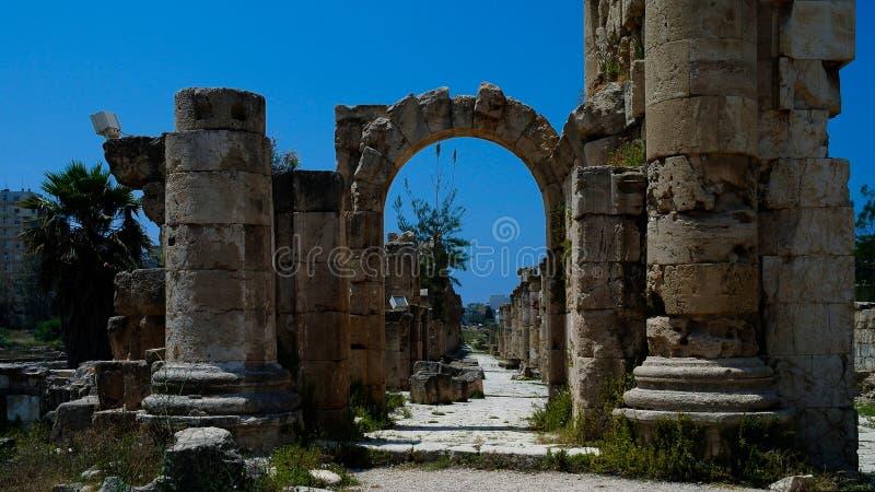 Restes des colonnes antiques au site d'excavation d'Al Mina, pneu, Liban images stock