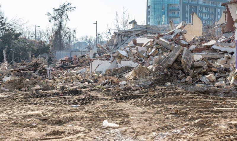 Restes des dommages de catastrophe de conséquence d'ouragan ou de tremblement de terre sur de vieilles maisons ruinées avec le to images stock
