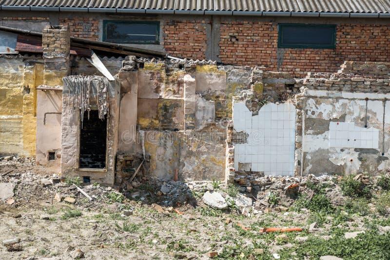 Restes des dommages de catastrophe de cons?quence d'ouragan ou de tremblement de terre sur de vieilles maisons ruin?es avec le to image stock