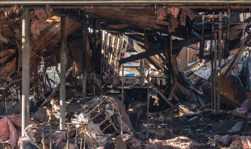 Restes grillés d'un immeuble de bureaux détruit par l'incendie photographie stock