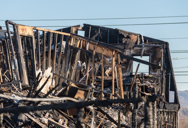Restes grillés d'un immeuble de bureaux détruit par l'incendie photos libres de droits