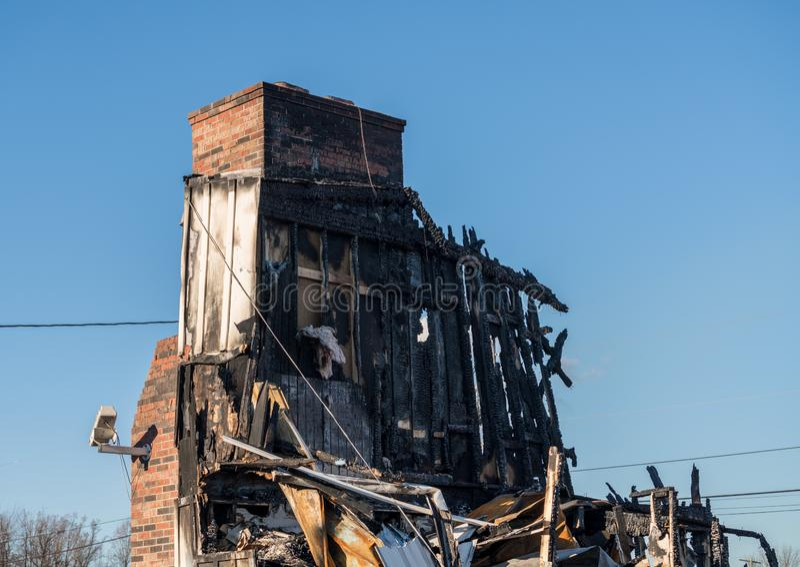 Restes grillés d'un immeuble de bureaux détruit par l'incendie photographie stock libre de droits
