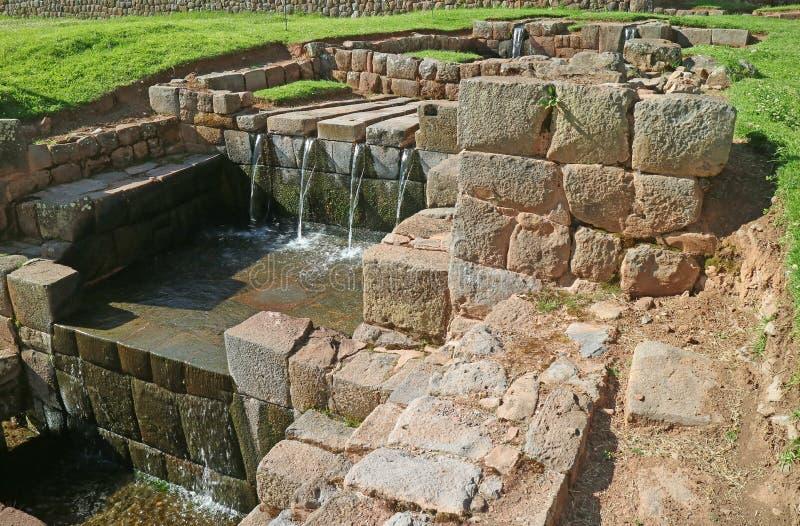Restes stupéfiants de fontaine du ` s d'Inca au site archéologique de Tipon dans la vallée sacrée, région de Cuzco du Pérou photographie stock