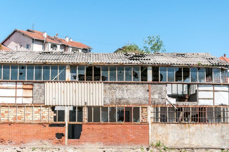 Restes vieille de ruine abandonnée et ruinée d'entrepôt dans la ville avec le fond de ciel bleu image stock