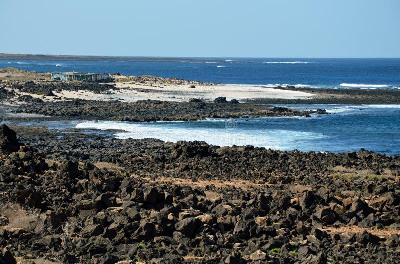 Restes volcaniques sur la côte de Fuerteventura photographie stock libre de droits