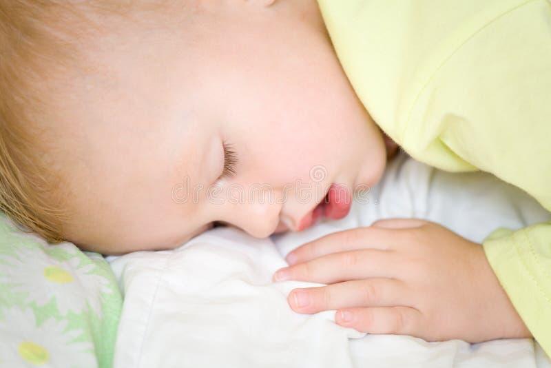Restful Baby, das auf Bett schläft lizenzfreies stockbild