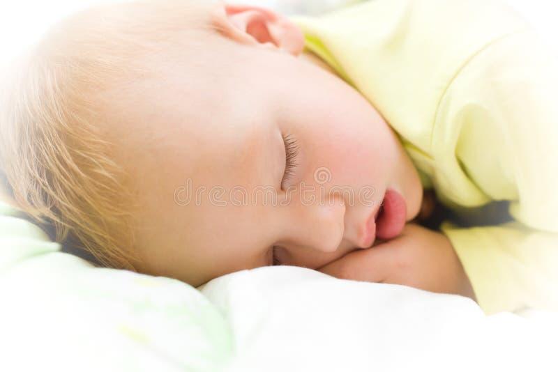 Beruhigendes Baby, das auf Bett schläft stockfotos