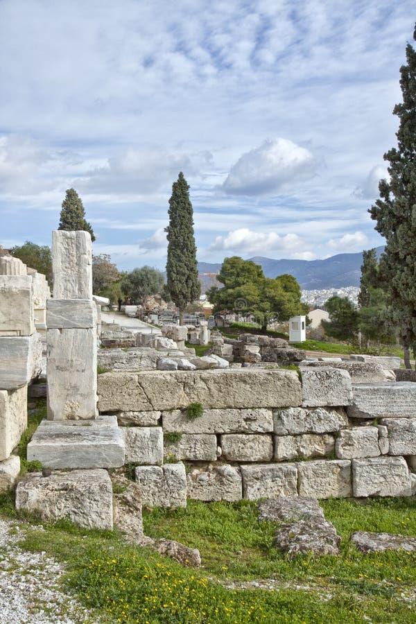 Resti del buildingsin antico l'acropoli del surroundi di Atene fotografia stock