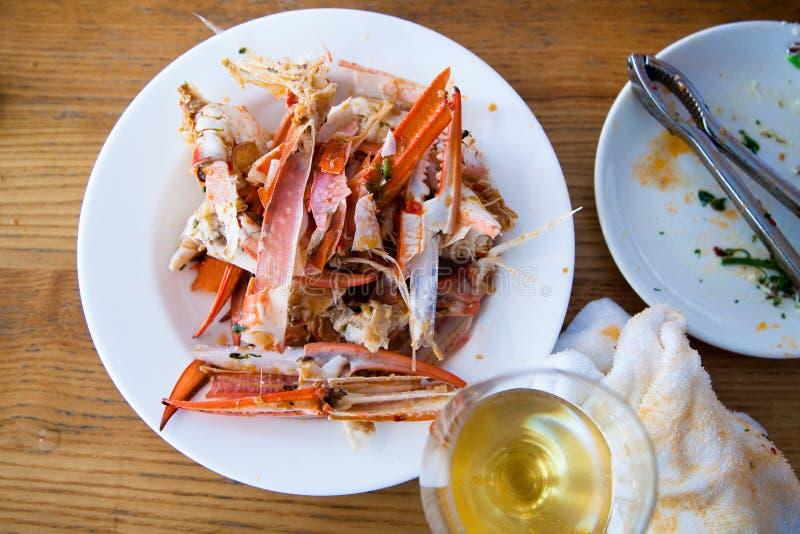 Resti del piatto blu alimentare delle coperture di Crab del nuotatore dei peperoncini rossi fotografia stock