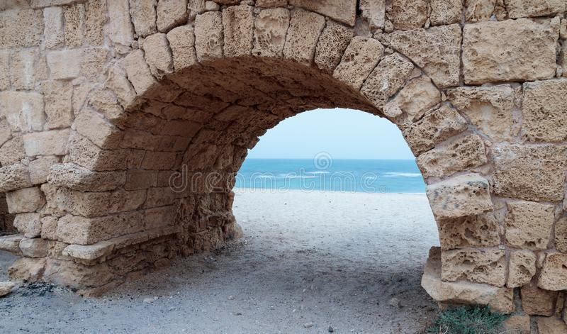 Resti dell'aquedotto romano antico sulla costa Mediterranea vicino alla città di Cesarea in Israele fotografia stock libera da diritti