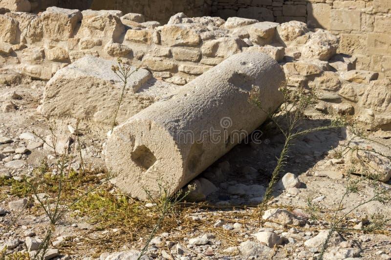 Resti della colonna nelle rovine della città antica fotografia stock