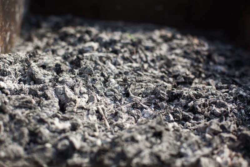Resti di carbone di legno e delle ceneri dopo la combustione di legna da ardere fotografie stock libere da diritti