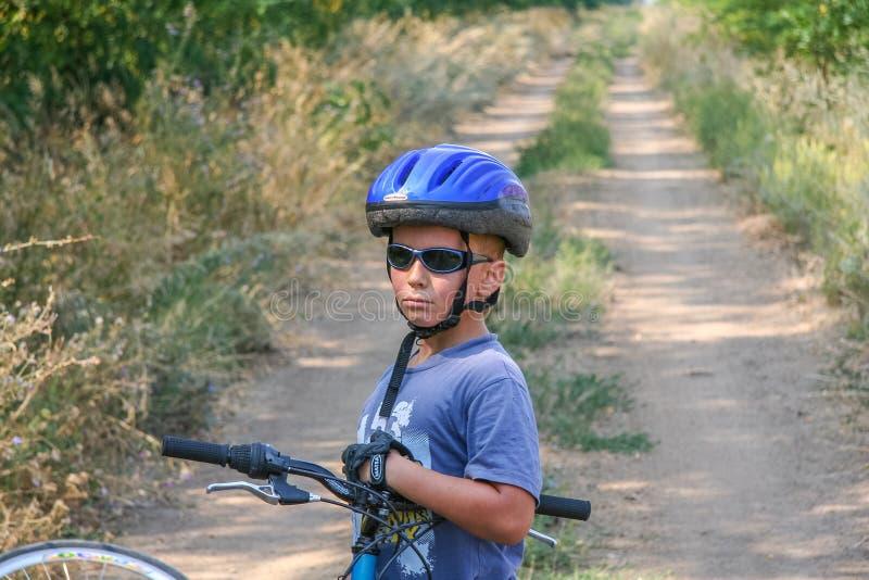 Resti di un ciclista del notabile prima di una lunga strada fotografie stock