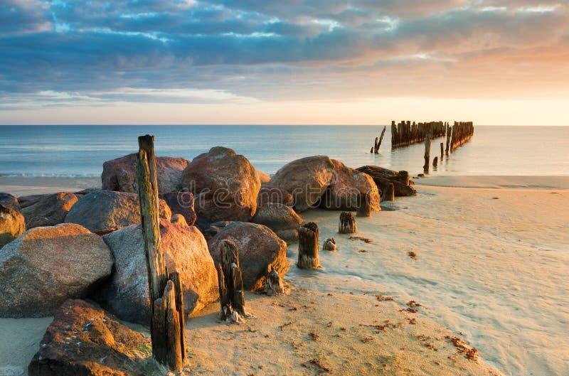 Resti di vecchio pilastro marino tagliato all'alba fotografia stock libera da diritti