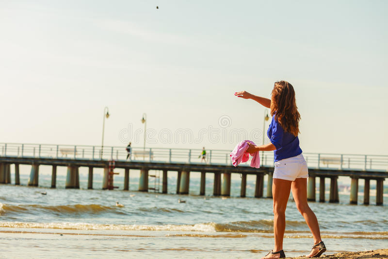 Restin da mulher na praia foto de stock royalty free