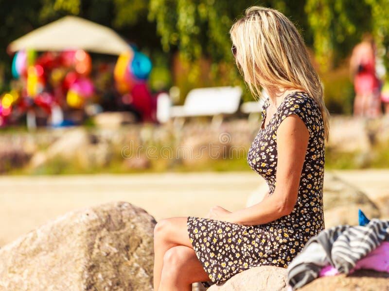 Restin da mulher na praia imagens de stock royalty free