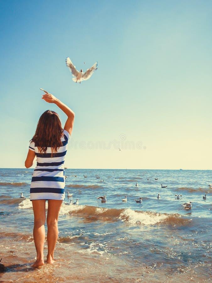 Restin da mulher na praia imagem de stock royalty free