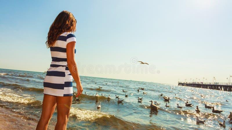 Restin da mulher na praia fotografia de stock