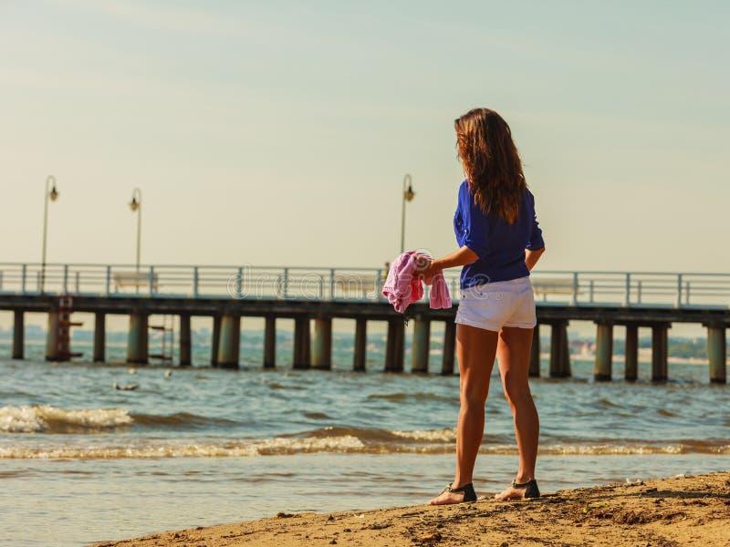 Restin della donna sulla spiaggia fotografie stock