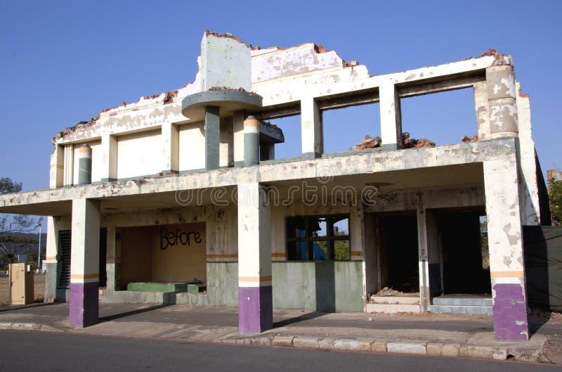 Restliche Fassade auf altem demoliertem Stadt-Gebäude stockbilder
