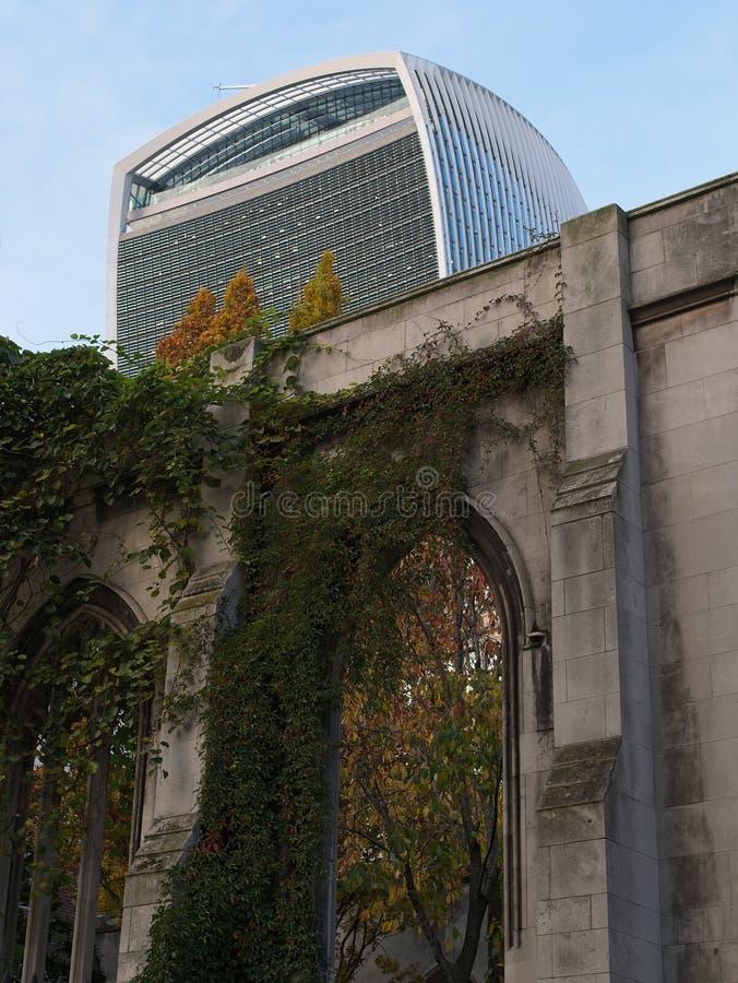 Restliche Steinwand/Fassade des St. Dunstan im Ostgarten stockfoto