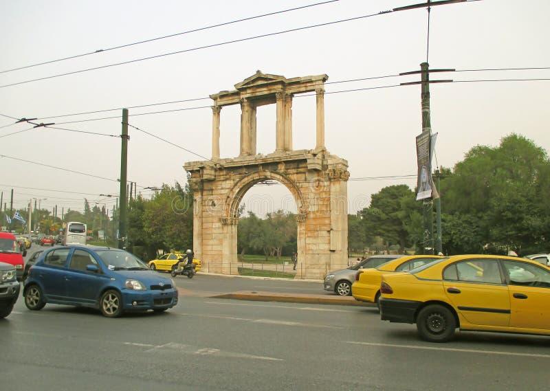 Restna av Hadrian Gate eller bågen av Hadrian i Citycenteren av Aten, Grekland fotografering för bildbyråer