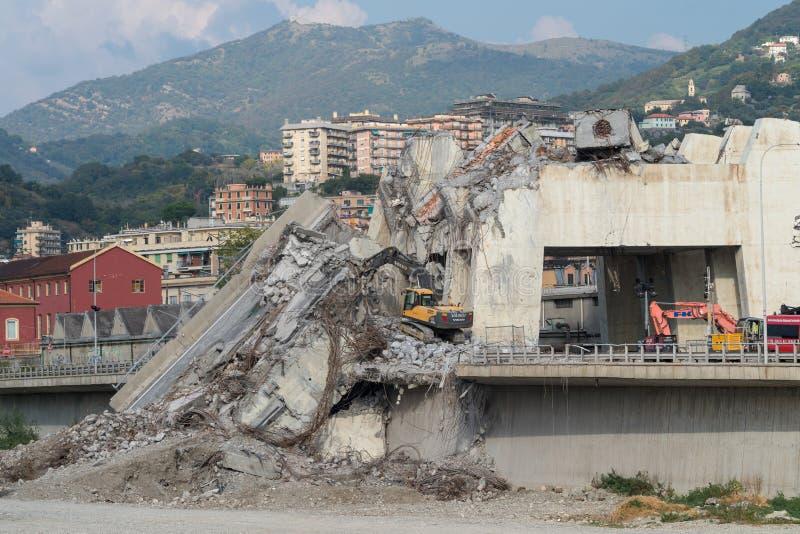 Restna efter en avsnittkollaps av den Morandi bron, Geno arkivfoton