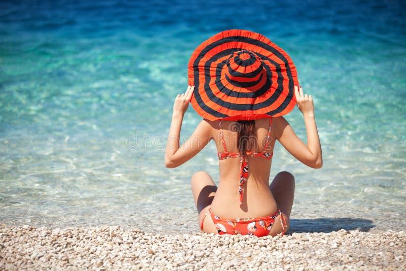 Resto da jovem mulher na praia fotografia de stock royalty free