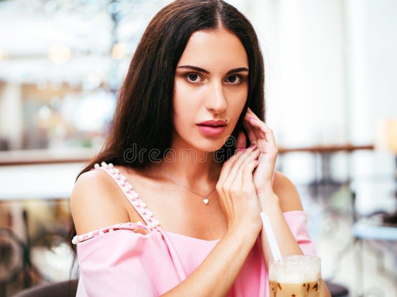 Resto da jovem mulher no café após a compra fotos de stock royalty free
