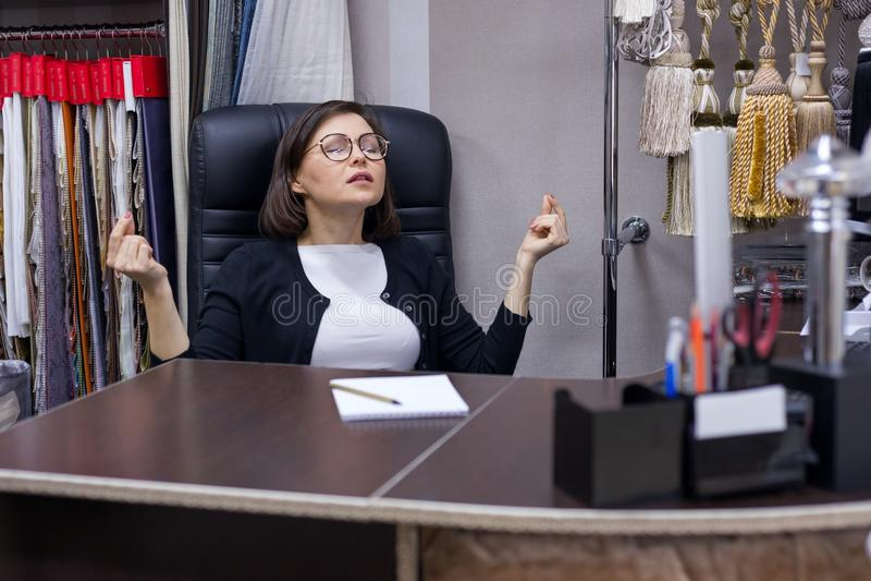 Resto da mulher de negócios e meditação, ioga foto de stock royalty free
