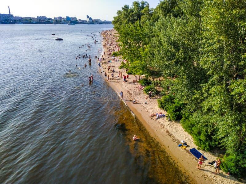 Resto de la gente en los bancos del río de Dnipro en la zona de recreo de la isla de Trukhaniv, Kiev, Ucrania fotografía de archivo