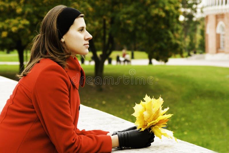 Resto de la mujer en parque fotos de archivo