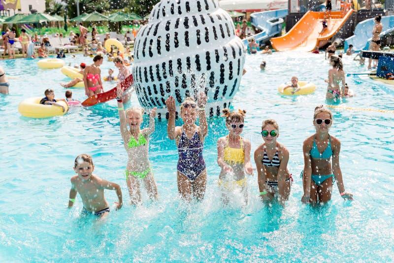 Resto de los niños en la piscina en verano foto de archivo