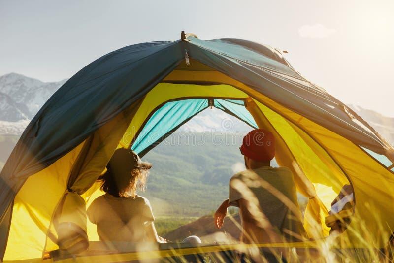 Resto de los pares en tienda contra puesta del sol de las montañas imágenes de archivo libres de regalías