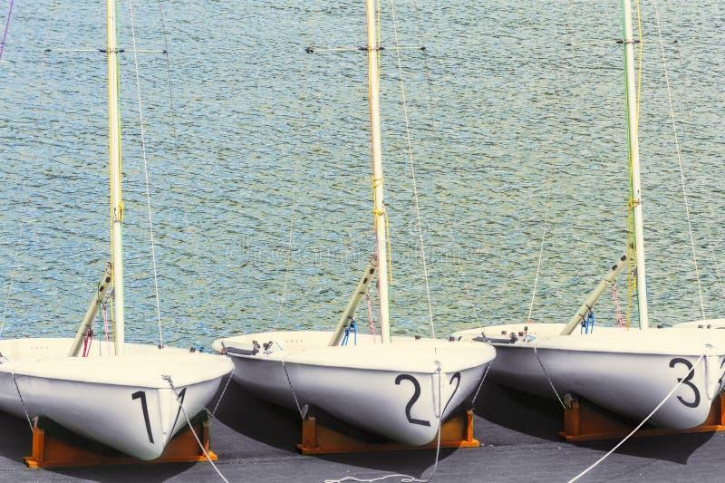 Resto de tres veleros en muelle foto de archivo libre de regalías