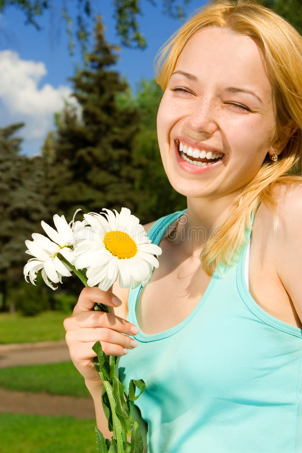 Resto della donna nella sosta con i fiori fotografie stock libere da diritti