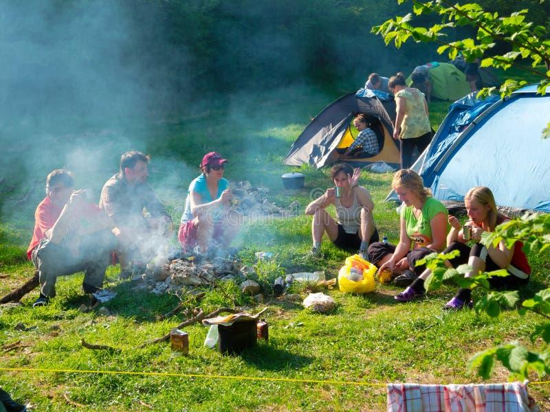 Resto delle viandanti in un accampamento della tenda fotografia stock