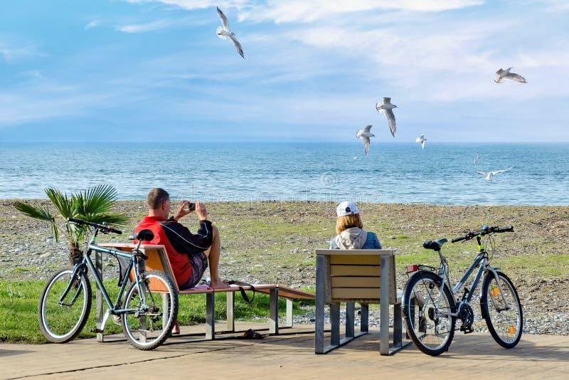 Resto dopo il viaggio della bici di fine settimana - una coppia si siede sulle sedie a sdraio e sull'en fotografie stock