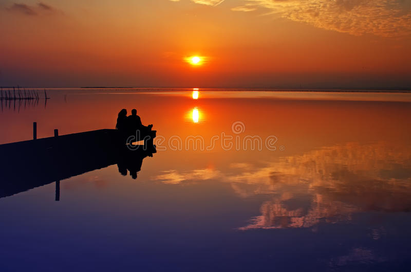 Resto en el lago foto de archivo