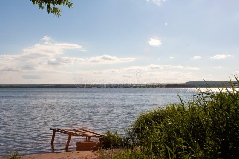 Resto en la orilla del lago foto de archivo