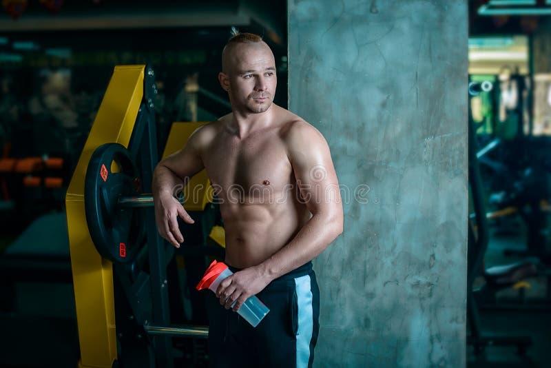 Resto europeu do homem após a formação no gym fotos de stock