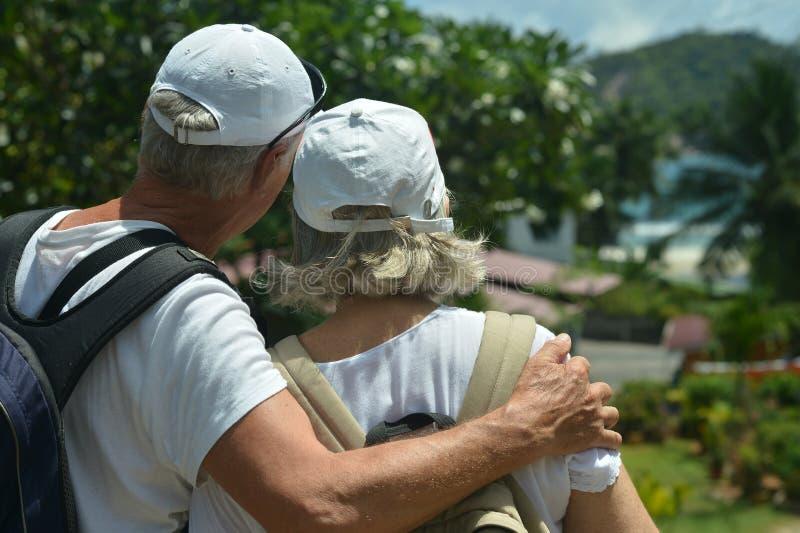 Resto mayor de los pares en la playa tropical fotos de archivo libres de regalías