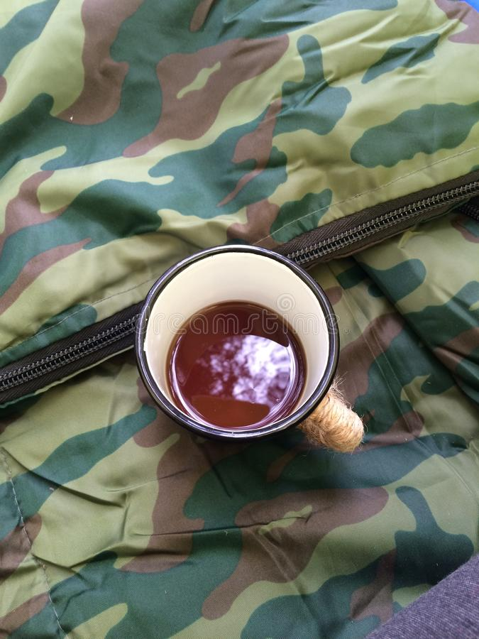Resto na floresta e na barraca, saco-cama militar fotografia de stock