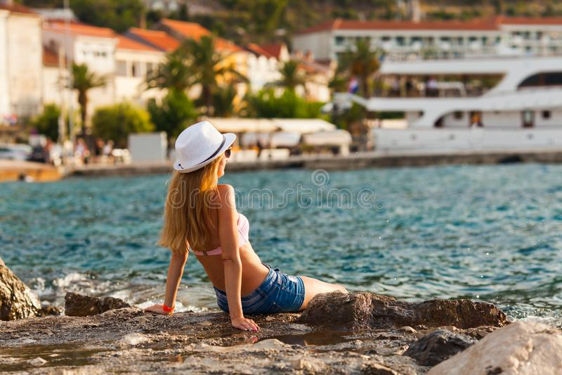Resto para uma jovem mulher rica, cruzeiro do mar imagens de stock