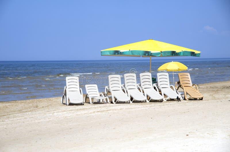 Resto su una spiaggia in J?rmala immagini stock libere da diritti