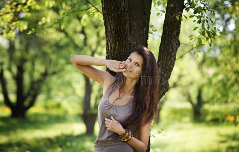 Resto sveglio della donna nel parco fotografia stock libera da diritti