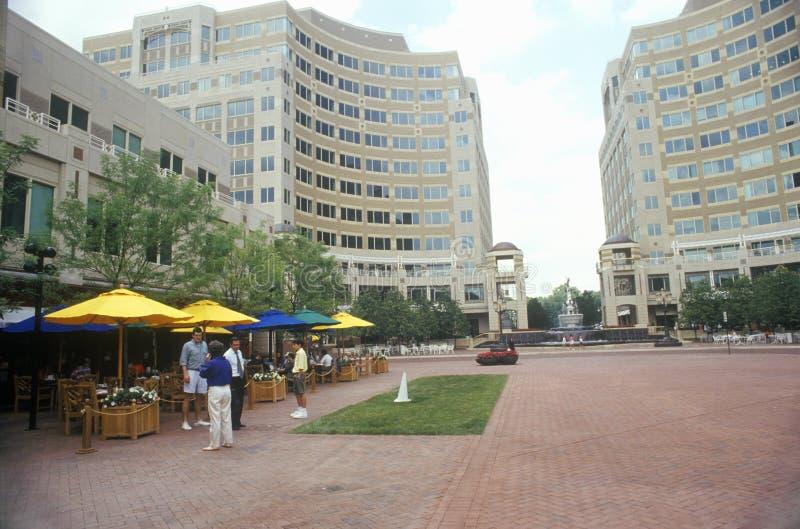 Reston, городской центр VA с пешеходами стоковое фото