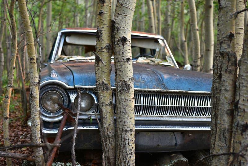 Restos abandonados viejos del coche foto de archivo